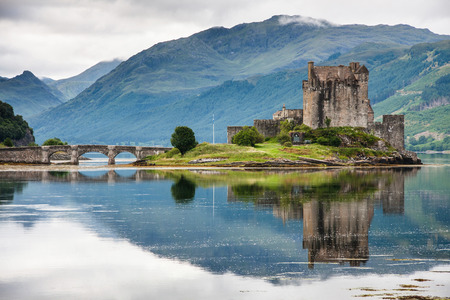Foto de Eilean Donan Castle against water, Scotland - Imagen libre de derechos