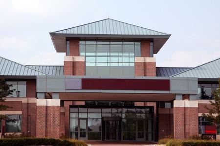 Foto de entrance to a modern low-rise office building - Imagen libre de derechos
