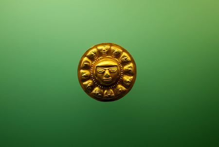 Photo pour A Pre-Columbian golden face from Colombia - image libre de droit