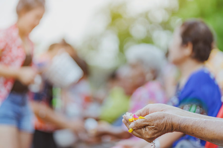 Foto de Thai people celebrate Songkran by pouring water and giving garlands to elder senior or respected grandparents and elder and asked for blessings for celebrate Songkran in new year water festival - Imagen libre de derechos