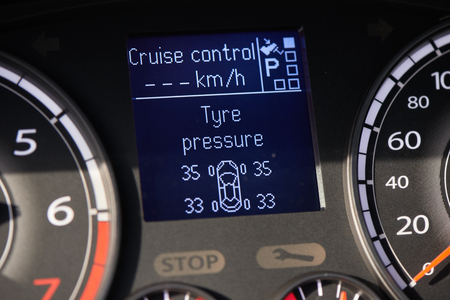 Foto per TPMS (tyre pressure monitoring system) monitoring display on a dashboard of a car - Immagine Royalty Free