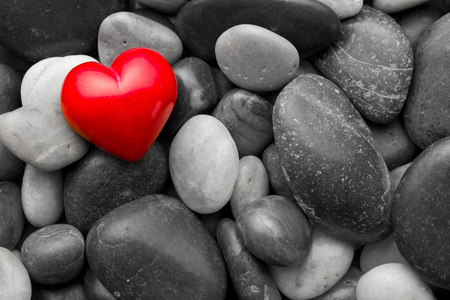Photo pour red stone heart on other stones - image libre de droit
