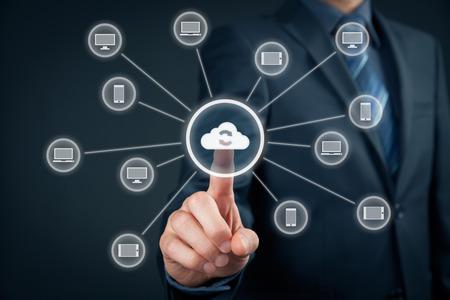 Foto de Cloud computing synchronization. Information technology devices (PC, notebook, tablet, mobile phone) synchronization (sync) via cloud computing storage. - Imagen libre de derechos