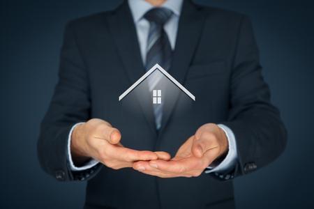 Photo pour Real estate agent offer house. Property insurance and security concept. - image libre de droit
