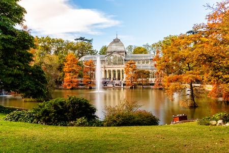 Photo pour Exterior view of Crystal Palace of Madrid - image libre de droit