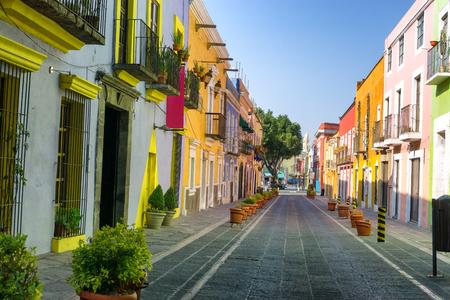 Foto de Colorful colonial street in downtown, Puebla, Mexico - Imagen libre de derechos