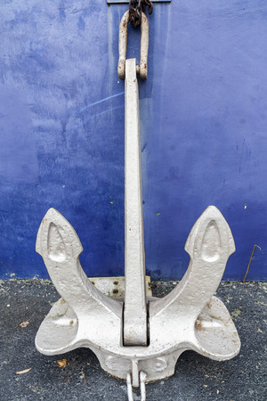 Foto de Large anchor leaning of a wall. - Imagen libre de derechos