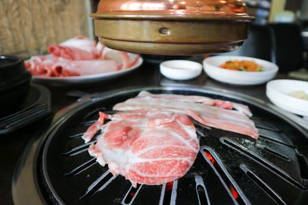 Foto de sliced pork on the roaster - Imagen libre de derechos
