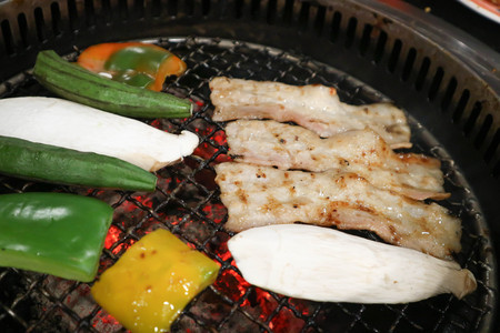 Foto de barbecued beef or grilled beef and grilled vegetable in the roaster - Imagen libre de derechos