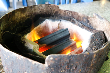 Foto de charcoal in the toaster or roaster - Imagen libre de derechos