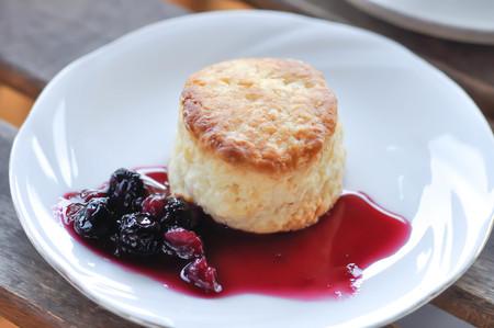 Foto de scone, scone with mulberry sauce - Imagen libre de derechos