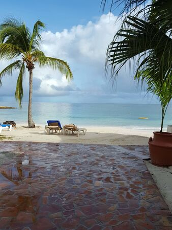 Photo pour View of beach, sea and clouds in Antigua - image libre de droit
