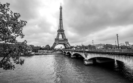 Foto de Paris Eiffel Tower from Seine. Cityscape in black and white - Imagen libre de derechos