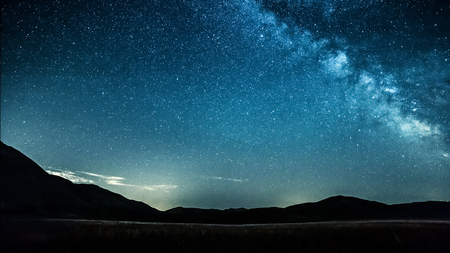 Foto de night sky with stars milky way over mountains - Imagen libre de derechos