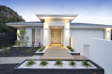Photo pour Facade and entry to a contemporary white rendered home in Australia - image libre de droit