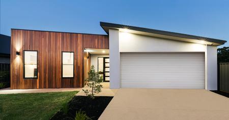 Photo pour Contemporary new Australian home lighting at dusk - image libre de droit
