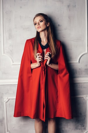 Photo pour Fashion young sexy beautiful woman in red coat - image libre de droit