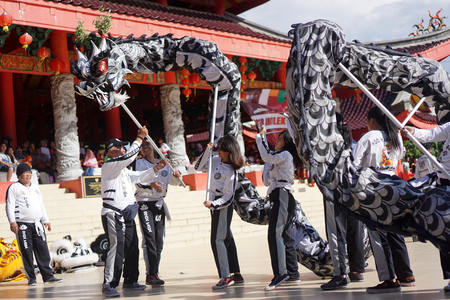 Foto de 2018, 02 17. Semarang, Indonesia. The Dragon Dance performance during chinese new year celebration in Sampookong Temple, Indonesia - Imagen libre de derechos