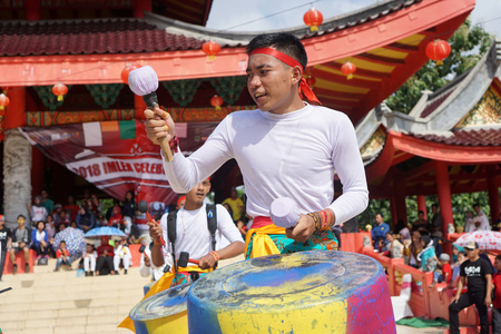 Foto de 2018, 02 17. Semarang, Indonesia. A group of teenagers performing percussion music from used drums in Sampookong Temple, Indonesia. - Imagen libre de derechos