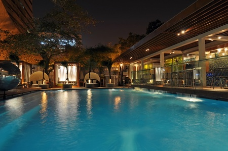Photo pour Hotel pool at night, picture taken in New Delhi, India. - image libre de droit
