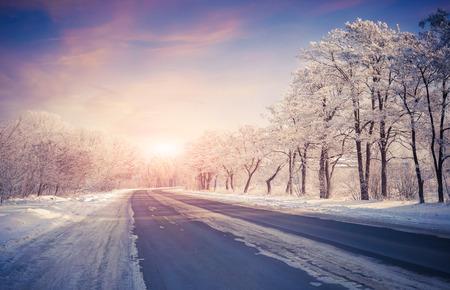 Photo pour Beautiful winter sunrise on the highway - image libre de droit