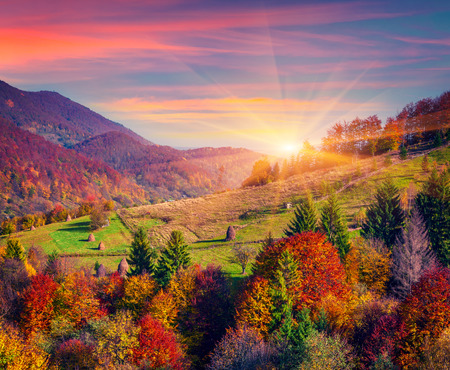 Photo pour Colorful autumn morning in the mountain village - image libre de droit