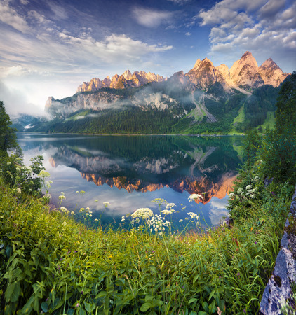 Photo pour Sunny summer morning on the Vorderer Gosausee lake in the Austrian Alps. Austria - image libre de droit