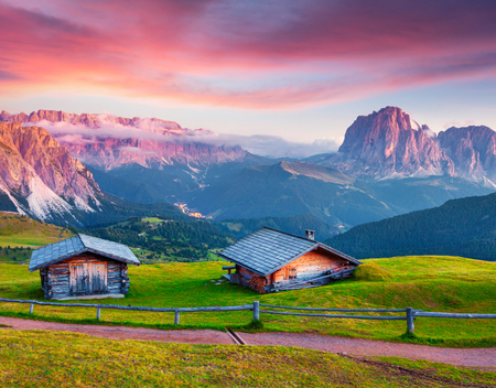 Photo pour Colorful summer sunrise on the Sassolungo (Langkofel) and Sella group. Amazing morning view of Gardena valley, National Park Dolomites, Ortisei village location, S. Cristina and Selva, Italy, Europe.  - image libre de droit