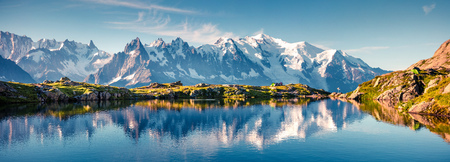 Photo pour Colorful summer panorama of the Lac Blanc lake with Mont Blanc (Monte Bianco) on background, Chamonix location. Beautiful outdoor scene in Vallon de Berard Nature Reserve, Graian Alps, France, Europe.  - image libre de droit
