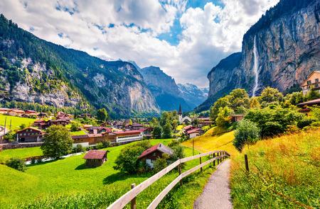 Foto de Sunny summer view of great waterfall in Lauterbrunnen village. Splendid outdoor scene in Swiss Alps, Bernese Oberland in the canton of Bern, Switzerland, Europe. Beauty of countryside concept background. - Imagen libre de derechos