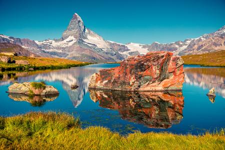 Photo pour Colorful summer view of the Stellisee lake. Great outdoor scene with Matterhorn (Monte Cervino, Mont Cervin) in Swiss Alps, Zermatt location, Valais canton, Switzerland, Europe. - image libre de droit
