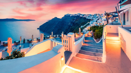 Photo pour Impressive evening view of Santorini island. Picturesque spring sunset on the famous Greek resort Fira, Greece, Europe. - image libre de droit
