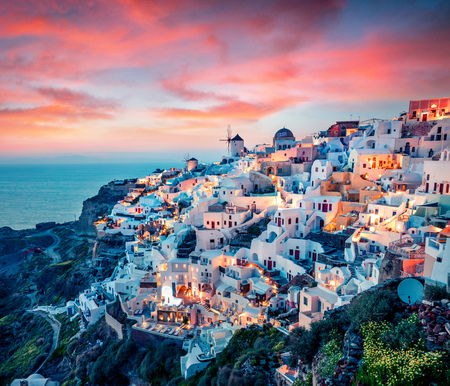 Foto de Impressive evening view of Santorini island. Picturesque spring sunset on the famous Greek resort Oia, Greece, Europe. - Imagen libre de derechos