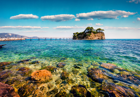 Foto de Sunny spring view of the Cameo Island. Picturesque morning scene in the Port Sostis, Zakynthos (Zante) island, Greece, Europe. - Imagen libre de derechos