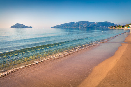 Photo pour Cozy morning view of beach of Zakynthos (Zante) island. Sunny spring seascape of the Ionian Sea, Greece, Europe. - image libre de droit