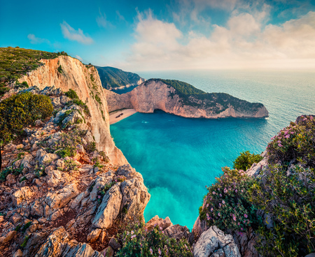Photo pour Colorful spring view of Navagio beach with shipwreck. Sunny morning seascape of Ionian Sea, Zakynthos (Zante) island, Greece, Europe. - image libre de droit