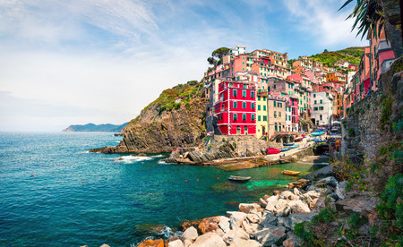 Photo pour First city of the Cique Terre sequence of hill cities - Riomaggiore. Colorful morning view of Liguria, Italy, Europe. Great spring seascape of Mediterranean sea. Traveling concept background. - image libre de droit