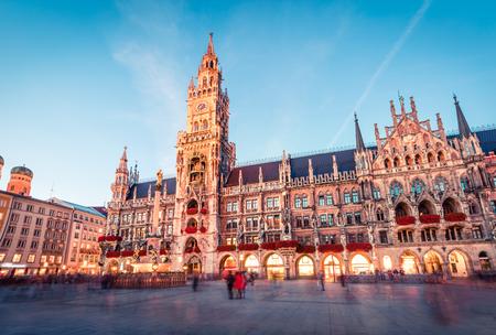Foto de Fantastic evening view of Marienplatz - City-center square & transport hub with towering St. Peter's church, two town halls and a toy museum, Munich, Bavaria, Germany, Europe. - Imagen libre de derechos