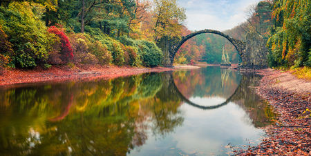 Photo pour Impressive morning scene of Azalea and Rhododendron Park Kromlau, Germany, Europe. Splendid autumn panorama of Rakotz Bridge (Rakotzbrucke, Devil's Bridge). Traveling concept background. - image libre de droit