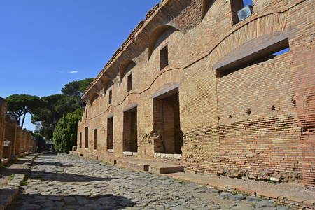 Foto de The ruins insulae apartment buildings in Ostia Antica near Rome, Italy. It was Rome's ancient port before the river silted, it fell into decay with the end of the Roman empire and was abandoned in the 9th century. - Imagen libre de derechos
