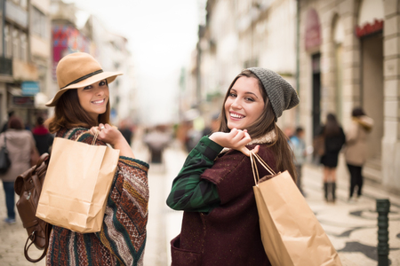 Photo pour Trendy young women shopping in the city - image libre de droit
