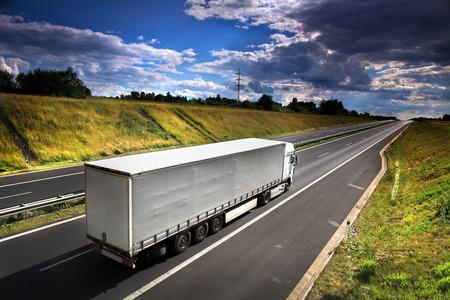 Photo pour truck on the road - image libre de droit