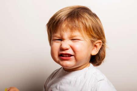 Foto de Portrait of a two years old boy grimaces - Imagen libre de derechos
