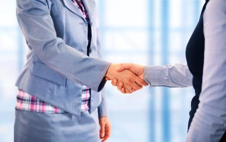 Photo pour Two women give handshake after agreement - image libre de droit