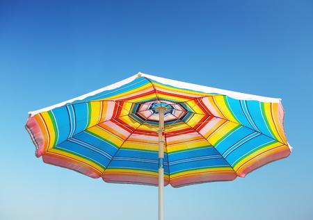 Foto de Detail of beach parasol at blue sky - Imagen libre de derechos