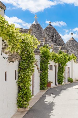 Foto de Beautiful town of Alberobello with trulli houses, main turistic district, Apulia region, Southern Italy - Imagen libre de derechos