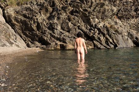 Photo pour nudist woman bathing on a beach - image libre de droit
