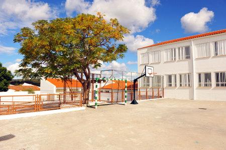 Foto de Basketball court, schoolyard, school recess - Imagen libre de derechos
