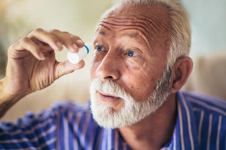 Foto de Elderly Person Using Eye Drops - Imagen libre de derechos