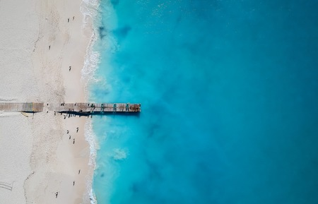 Foto de Drone photo of pier in Grace Bay, Providenciales, Turks and Caicos. The caribbean blue sea and white sandy beaches can be seen - Imagen libre de derechos